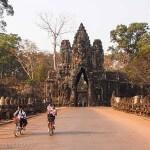 Cambodge image temples de Angkor avec enfants à vélo. Images et textes proposés par Frangipanier, votre boutique mobile de créations d'artisanat d'Asie du Sud-Est.