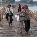 Cambodge image dames sur le pont en bambou de Kampong Cham. Images et textes proposés par Frangipanier, votre boutique mobile de créations d'artisanat d'Asie du Sud-Est.