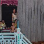Cambodge image d'enfants et dames dans un village. Images et textes proposés par Frangipanier, votre boutique mobile de créations d'artisanat d'Asie du Sud-Est.