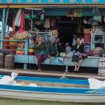 Cambodge image de dames dans un village lacustre du Lac Tonlé Sap. Images et textes proposés par Frangipanier, votre boutique mobile de créations d'artisanat d'Asie du Sud-Est.