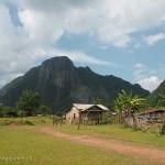 Laos image de maisons dans la campagne du nord du Laos. Images et textes proposés par Frangipanier, votre boutique mobile de créations d'artisanat d'Asie du Sud-Est.