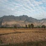 Laos image de rizières couleur dorée avec montagnes. Images et textes proposés par Frangipanier, votre boutique mobile de créations d'artisanat d'Asie du Sud-Est.