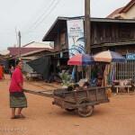Laos image d'une dame avec des enfants dans un village. Images et textes proposés par Frangipanier, votre boutique mobile de créations d'artisanat d'Asie du Sud-Est.