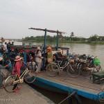 Vietnam image de Vietnamiens au ferry vélos et scooters. Images et textes proposés par Frangipanier, votre boutique mobile de créations d'artisanat d'Asie du Sud-Est.
