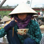 Vietnam image une dame Vietnamienne mange une soupe. Images et textes proposés par Frangipanier, votre boutique mobile de créations d'artisanat d'Asie du Sud-Est.