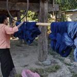 Découvrez les magnifiques écharpes en coton du Laos, tissées à la main avec soin et qualité par les artisanes des villages. Proposé par Frangipanier, votre boutique mobile de créations d'artisanat du coeur de l'Asie du Sud-Est.