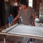 Artisanat du Cambodge, une artisane prépare la chaîne des fils de soie naturelle pour le métier à tisser, pour de magnifiques écharpes en soie naturelle.