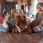 Dames artisanes de la soie dans un petit village sur une île du Mékong au Cambodge, pour la confection de magnifiques écharpes en soie naturelle, équitable.