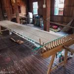 Artisanat du Cambodge, la préparation de la chaîne des fils de soie naturelle pour le métier à tisser, pour de magnifiques écharpes en soie naturelle.