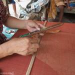 Artisanat équitable de villages du Cambodge, les mains d'une artisane sur un métier à tisser traditionnel, écharpes en soie naturelle Frangipanier.