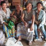 Artisanat équitable des villages du Cambodge, 4 générations d'artisane de la soie pour de magnifiques écharpes en soie naturelle Frangipanier.