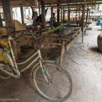 Artisanat authentique et équitable du Cambodge, métier à tisser traditionnel sour les pilotis des maisons, écharpes en soie naturelle Frangipanier.