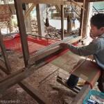 Artisanat équitable de villages du Cambodge, à l'oeuvre une artisane sur un métier à tisser traditionnel et authentique, écharpes en soie naturelle Frangipanier.