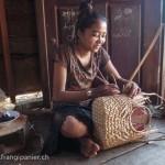 Artisanat équitable et authentique en jacinthe d'eau du Cambodge, une artisane des villages flottants du Lac Tonle Sap prépare un panier avec soin et qualité.
