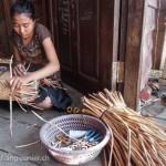 Artisanat équitable en jacinthe d'eau du Cambodge, une artisane des villages flottants du Lac Tonle Sap prépare un panier avec la jacinthe d'eau séchée au soleil.
