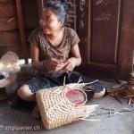Artisanat équitable et authentique en jacinthe d'eau du Cambodge, une artisane des villages flottants du Lac Tonle Sap prépare avec soin et qualité un panier.
