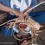 Artisanat équitable et authentique en jacinthe d'eau du Cambodge, les mains d'une artisane confectionnant un panier dans sa maison flottante du Lac Tonle Sap.