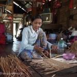 Artisanat équitable en jacinthe d'eau du Cambodge, les mains d'une artisane d'un village lacustre en train de tresser la jacinthe d'eau pour un panier.