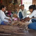 Artisanat équitable et authentique en jacinthe d'eau du Cambodge, les artisanes sont à l'oeuvre dans les maisons des villages lacustres du Lac Tonle Sap.