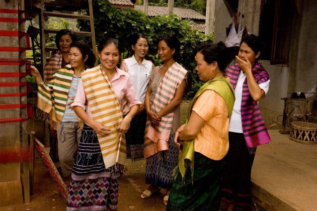 Frangipanier, artisanat équitable des villages du Laos, artisanes de la soie naturelle