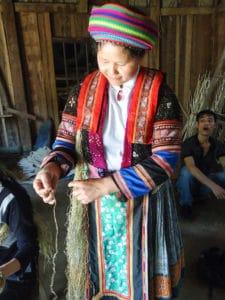 Frangipanier artisanat du chanvre et batik indigo dans une ethnie H'mong du Vietnam 12